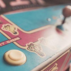"""Outils s'inscrivant dans le phénomène de """"gamification"""" qui associe une intention sérieuse à des ressorts ludiques, les serious games (ou jeux sérieux) captent l'attention du joueur et déclenchent la prise de conscience d'enjeux […]"""